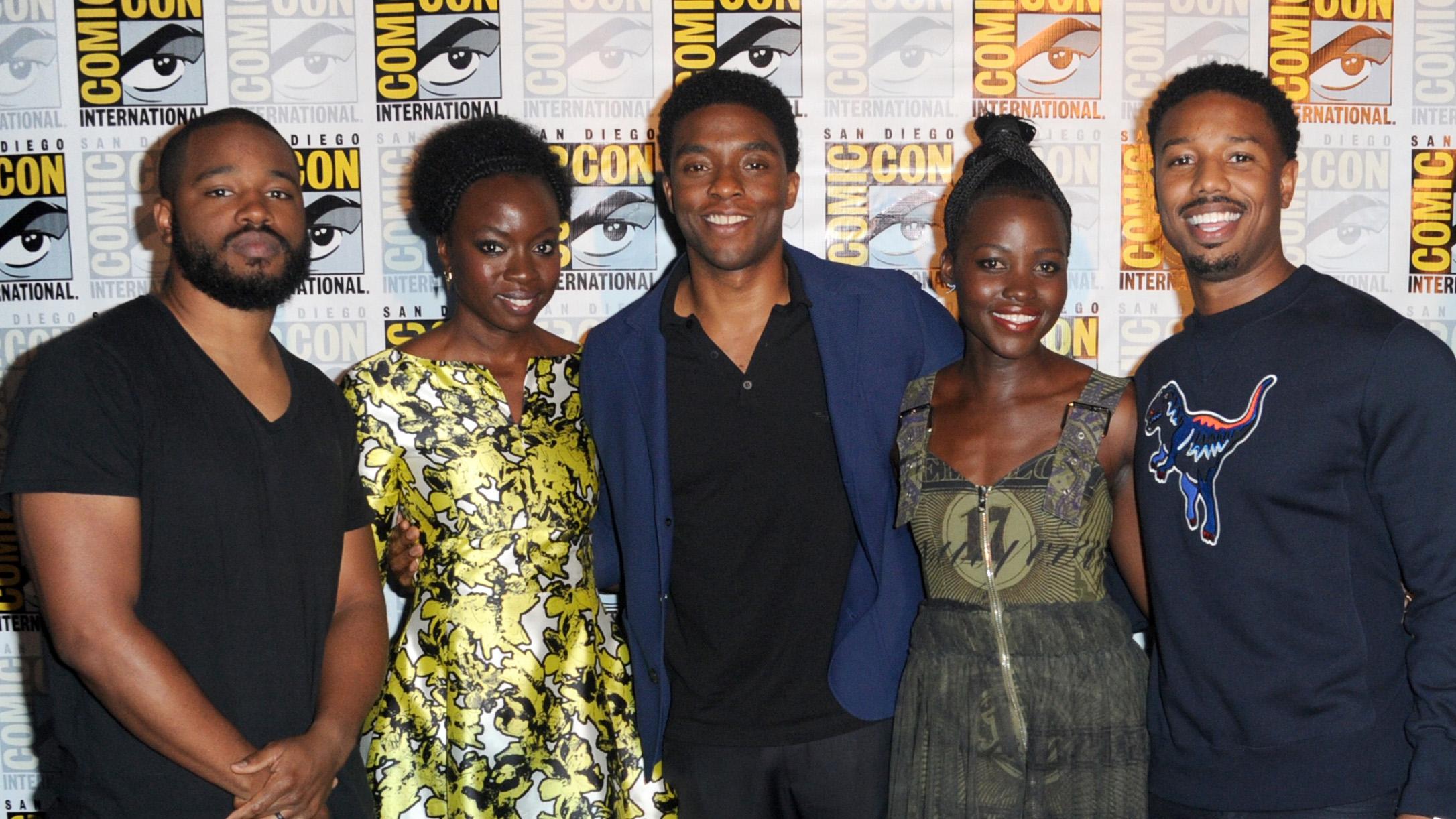 Black Panther: il cast al completo composto da Chadwick Boseman, Michael B. Jordan, Lupita Niong'o e Danai Gurira con il regista Ryan Coogler
