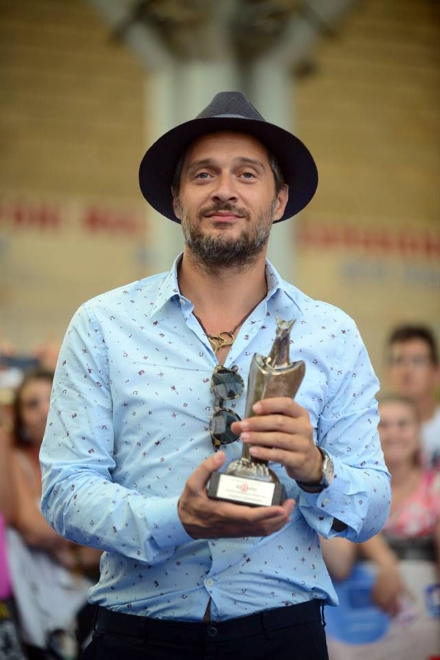 Claudio Santamaria mostra il Giffoni Award