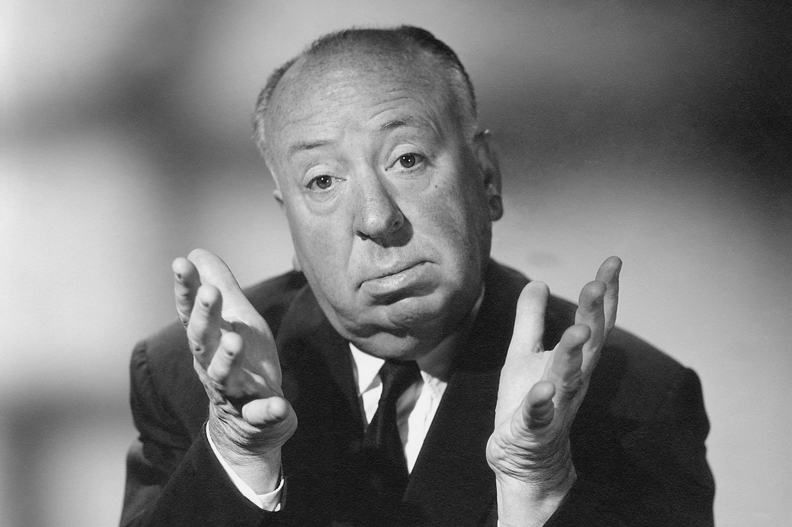 Un'immagine che ritrae Alfred Hitchcock