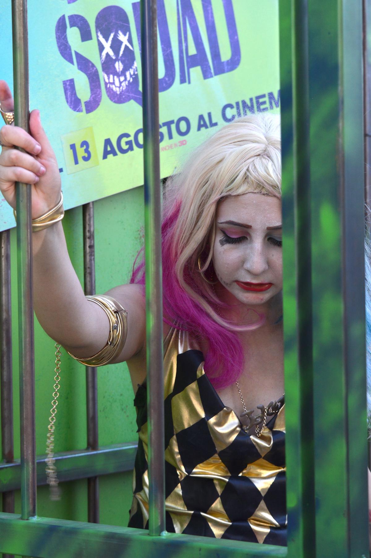 Suicide Squad: cosplayer posa nella gabbia