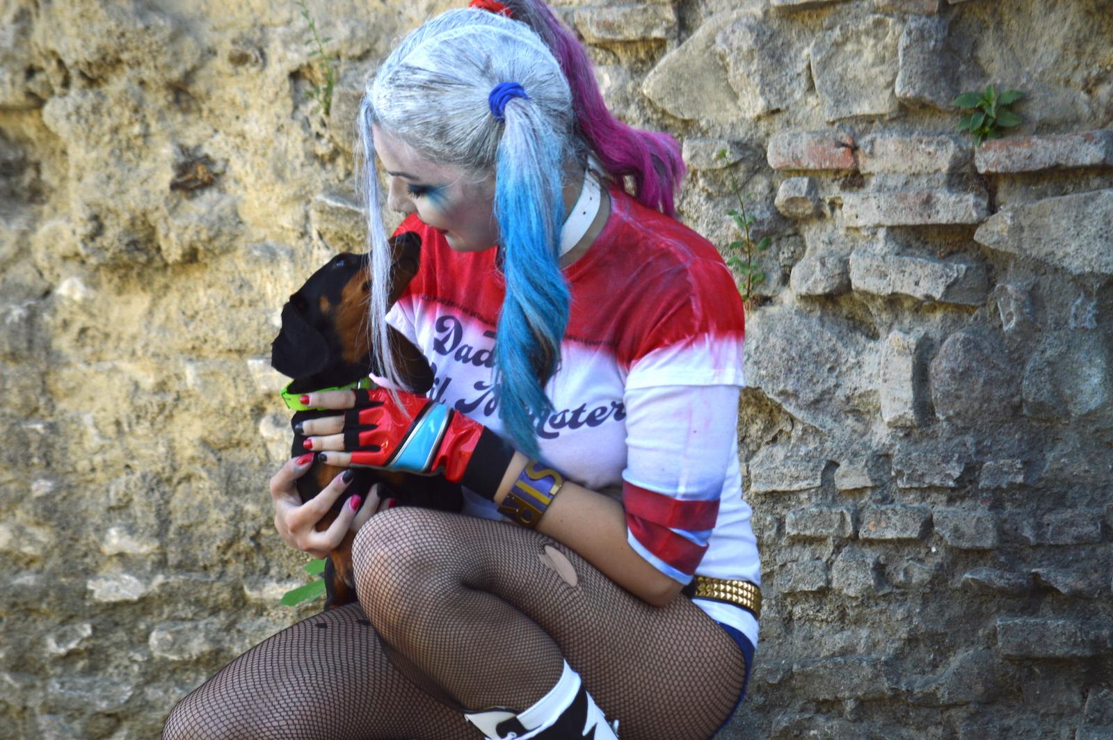 Suicide Squad: Harley Quinn in posa con un cagnolino