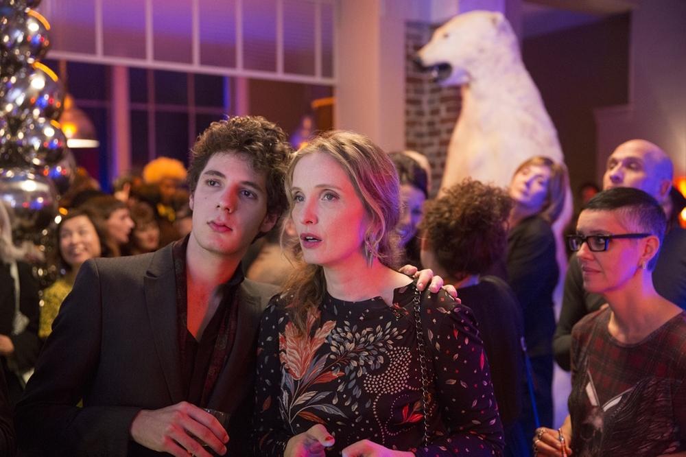 Lolo - Giù le mani da mia madre: Julie Delpy e Vincent Lacoste in una scena del film