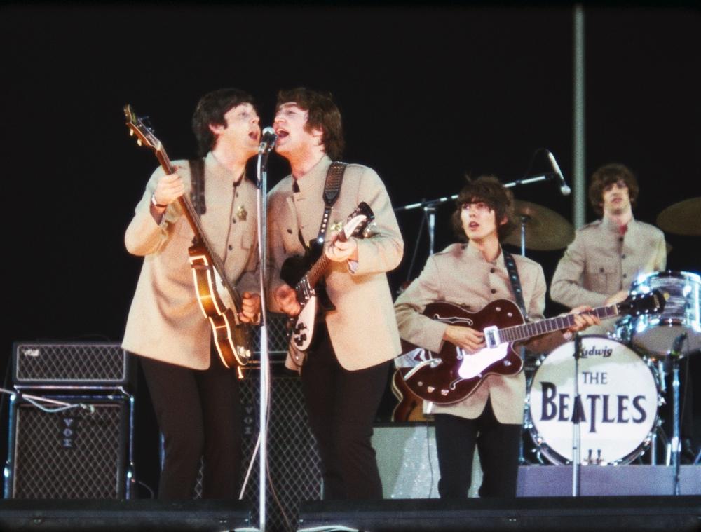 The Beatles: Eight Days a Week, Paul McCartney e John Lennon cantano sul palco