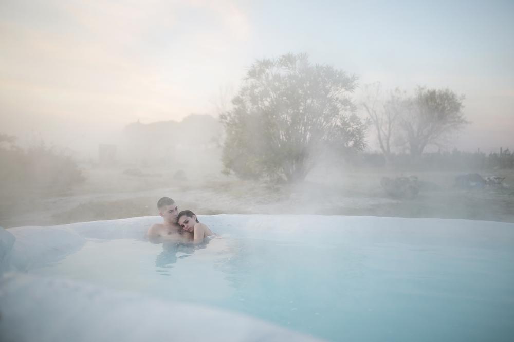La ragazza del mondo: Sara Serraiocco e Michele Riondino in una suggestiva immagine del film