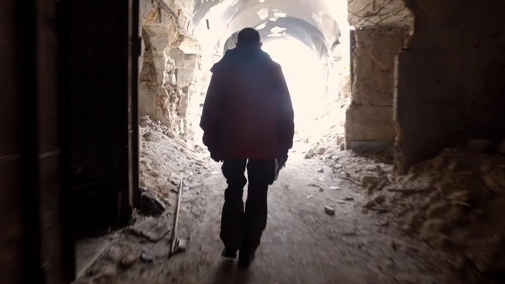 Ombre dal fondo: Domenico Quirico in un momento del documentario italiano