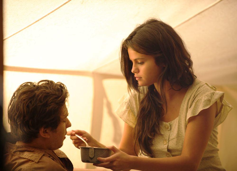 In Dubious Battle: Nat Wolff e Selena Gomez in una scena del film