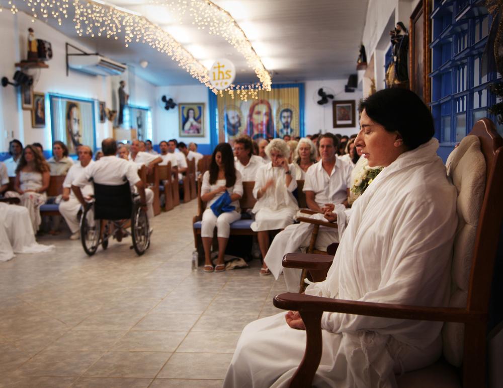 The Space in Between: Marina Abramović and Brazil - Marina Abramović in meditazione in un'immagine del documentario