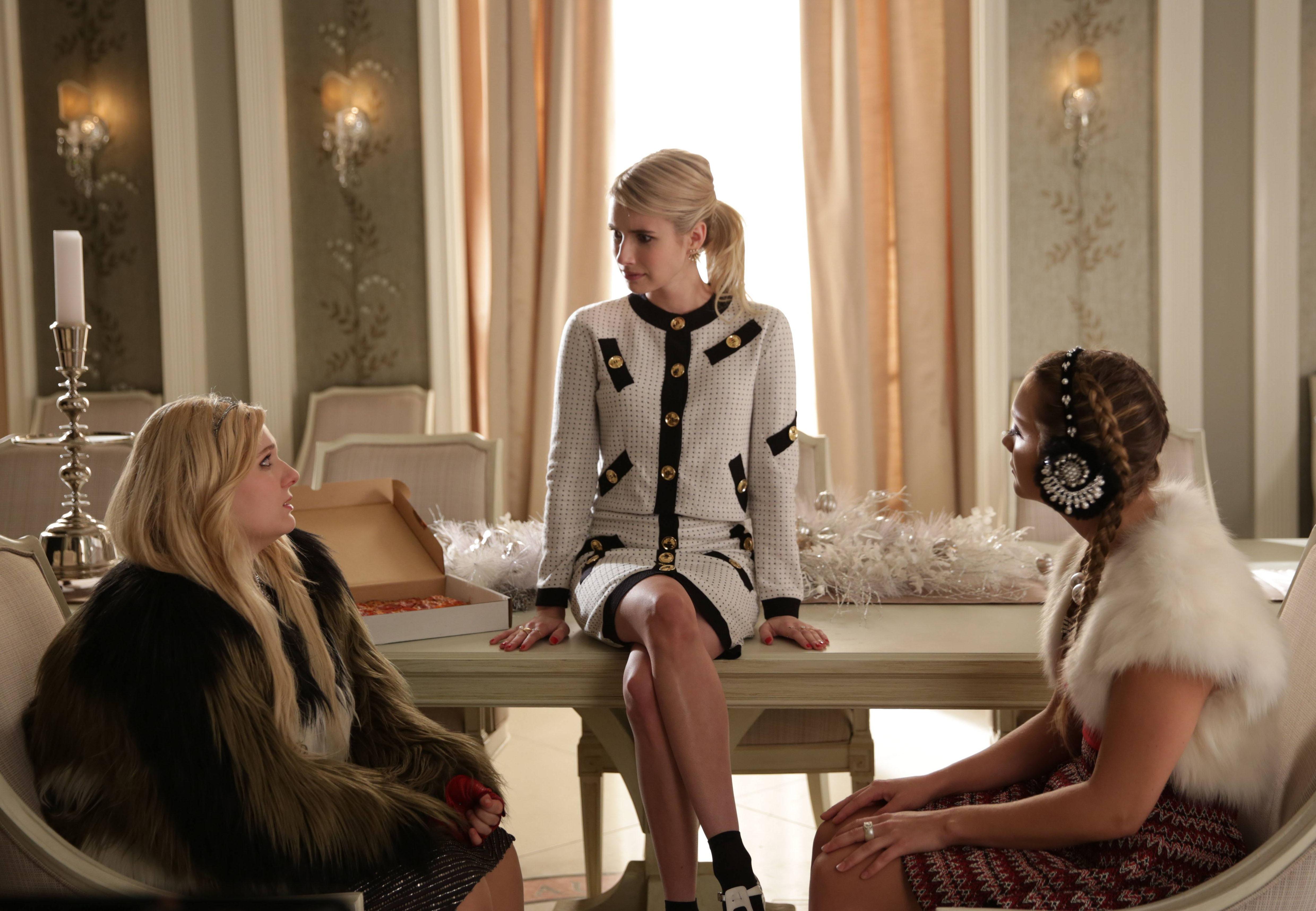 Scream Queens: le attrici Abigail Breslin, Emma Roberts e Billie Lourd in The Final Girl(s)