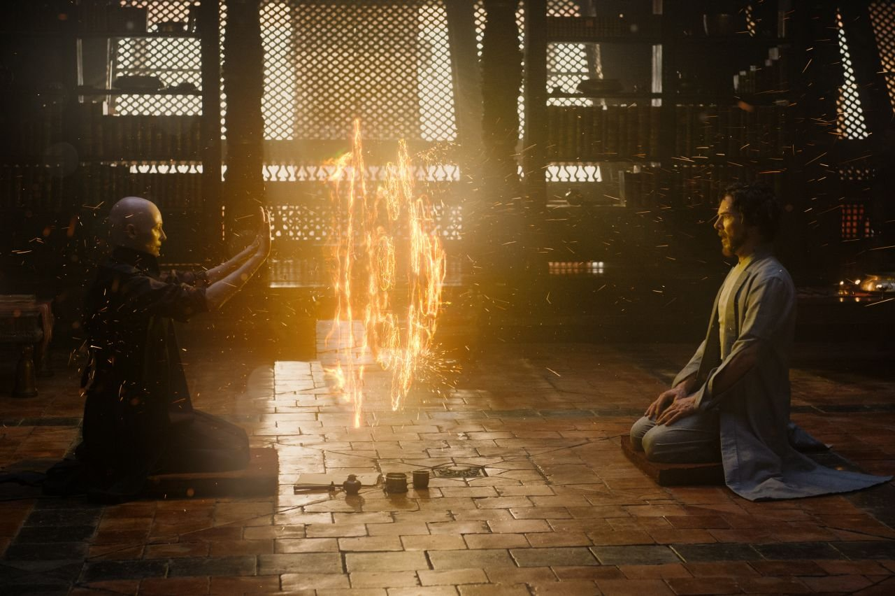 Doctor Strange: Tilda Swinton e Benedict Cumberbatch in una foto del film