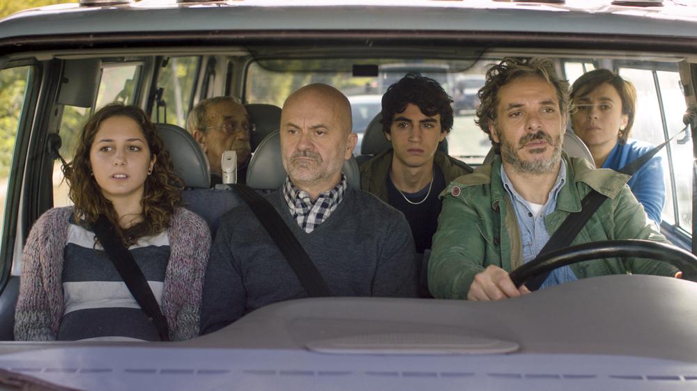 Piuma: una scena con gran parte del cast principale in macchina