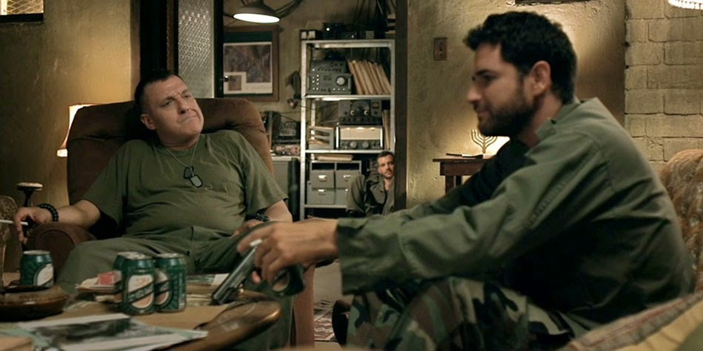 Bordering: Tom Sizemore, Oz Zehavi e Bernard Curry in una scena del film