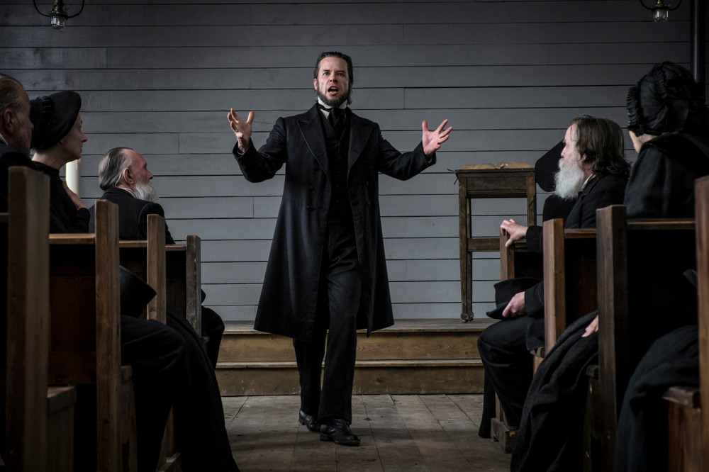 Brimstone: Guy Pearce in una scena del film