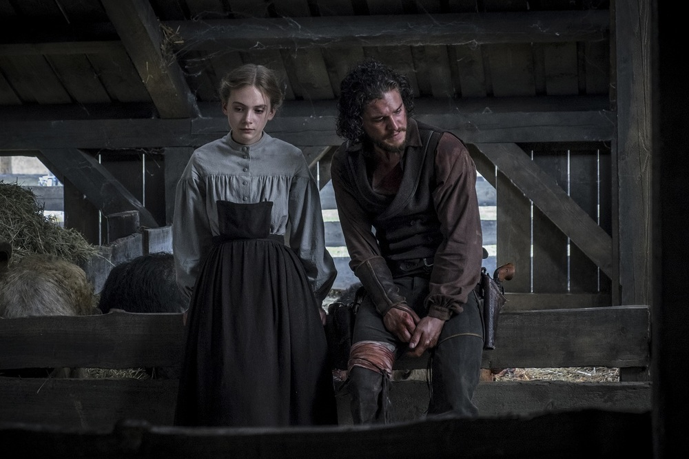 Brimstone: Kit Harington ed Emilia Jones in una scena del film