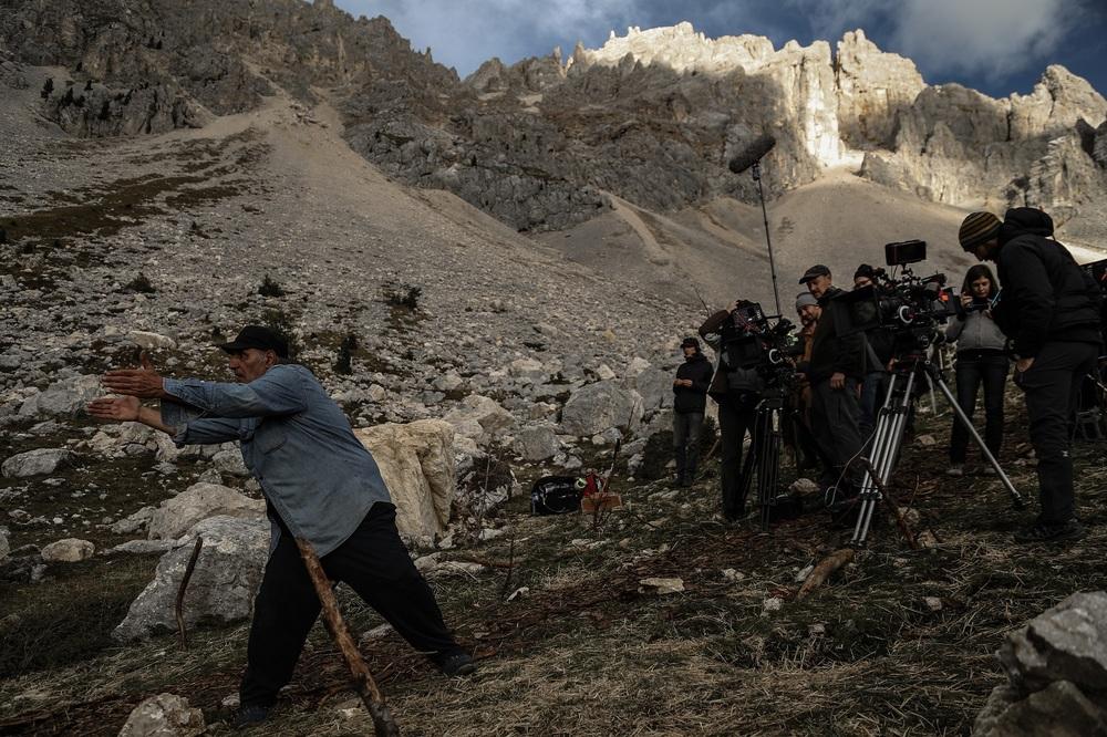 Monte: Amir Naderi al lavoro sul set con la sua troupe