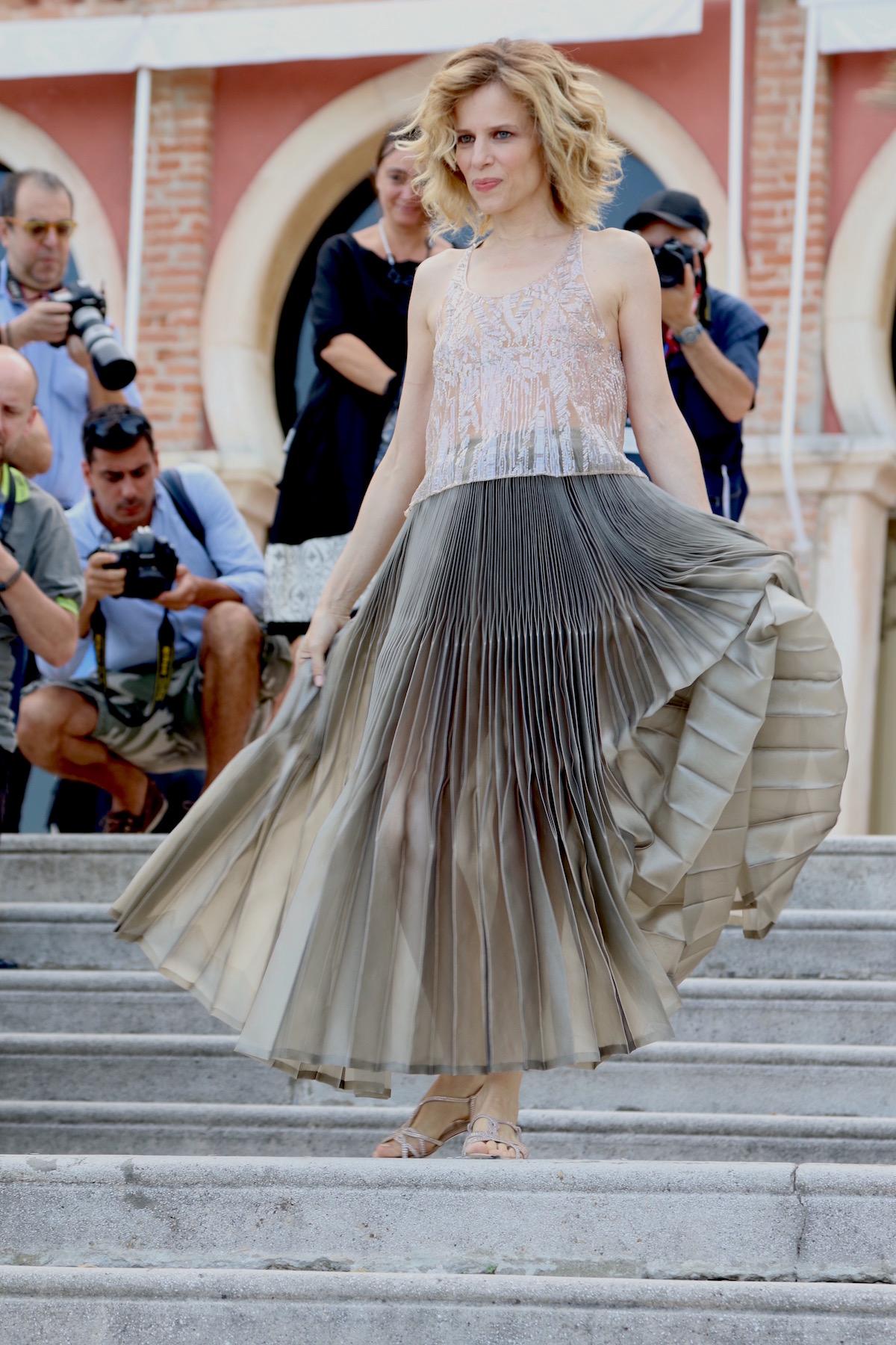Venezia 2016: la madrina Sonia Bergamasco in uno scatto mentre scende le scale dell'Excelsior
