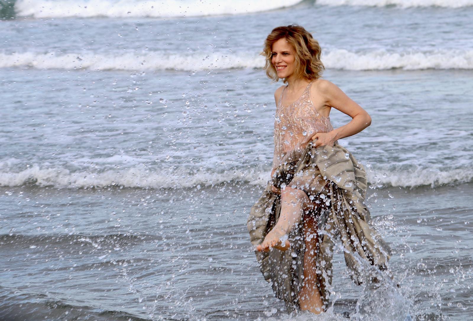 Venezia 2016: la madrina Sonia Bergamasco schizza acqua davanti ai fotografi