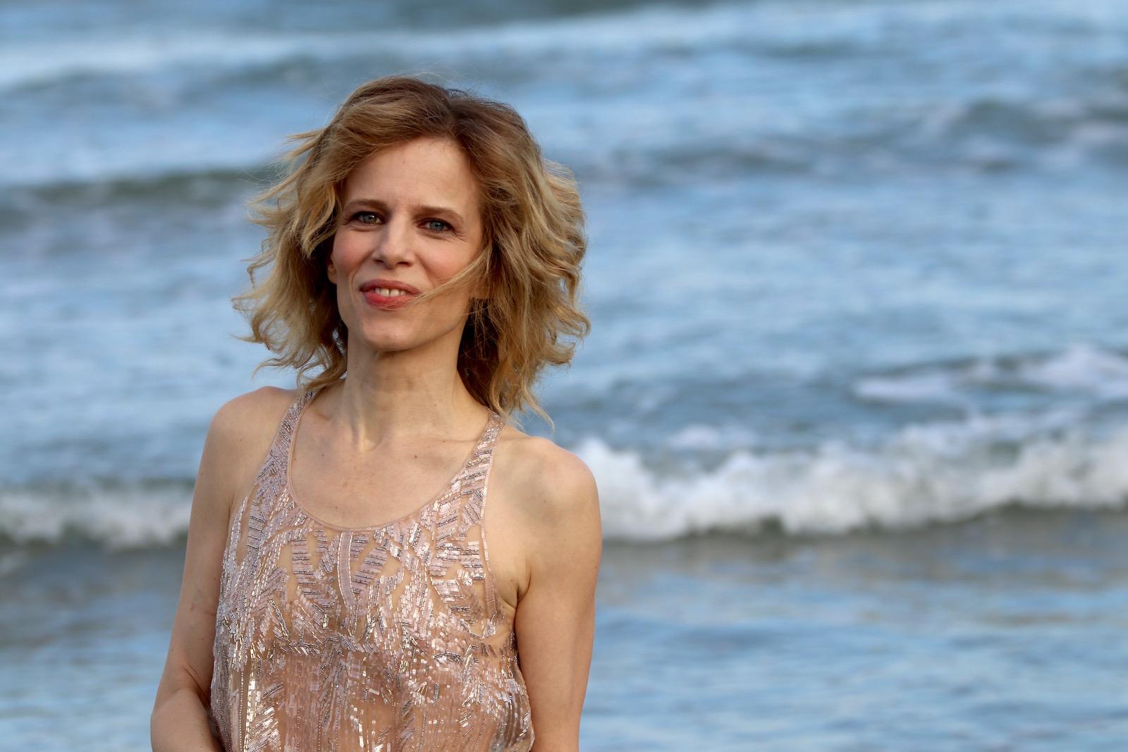 Venezia 2016: la madrina Sonia Bergamasco in riva al mare