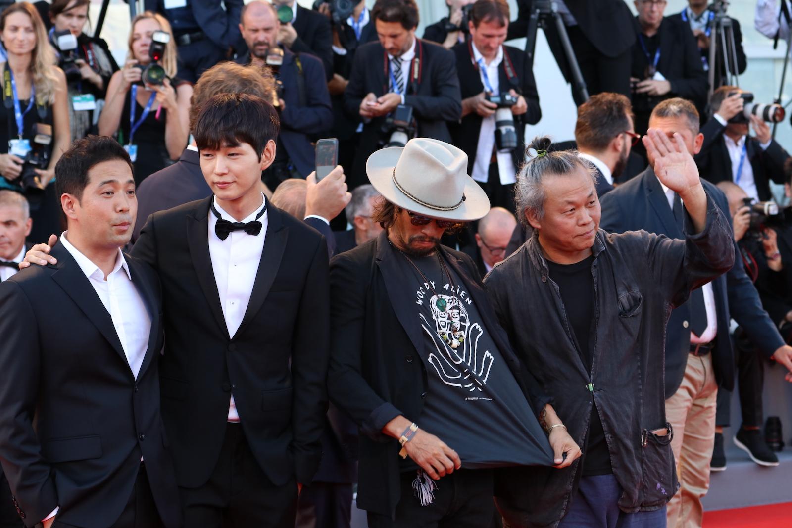 Venezia 2016: una foto di Kim Ki-duk, Ryoo Seung-bum, Lee Won-gun sul red carpet