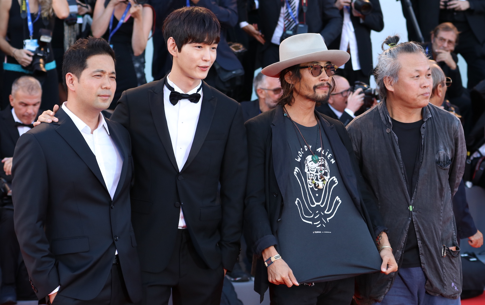 Venezia 2016: Kim Ki-duk, Ryoo Seung-bum, Lee Won-gun posano sul red carpet