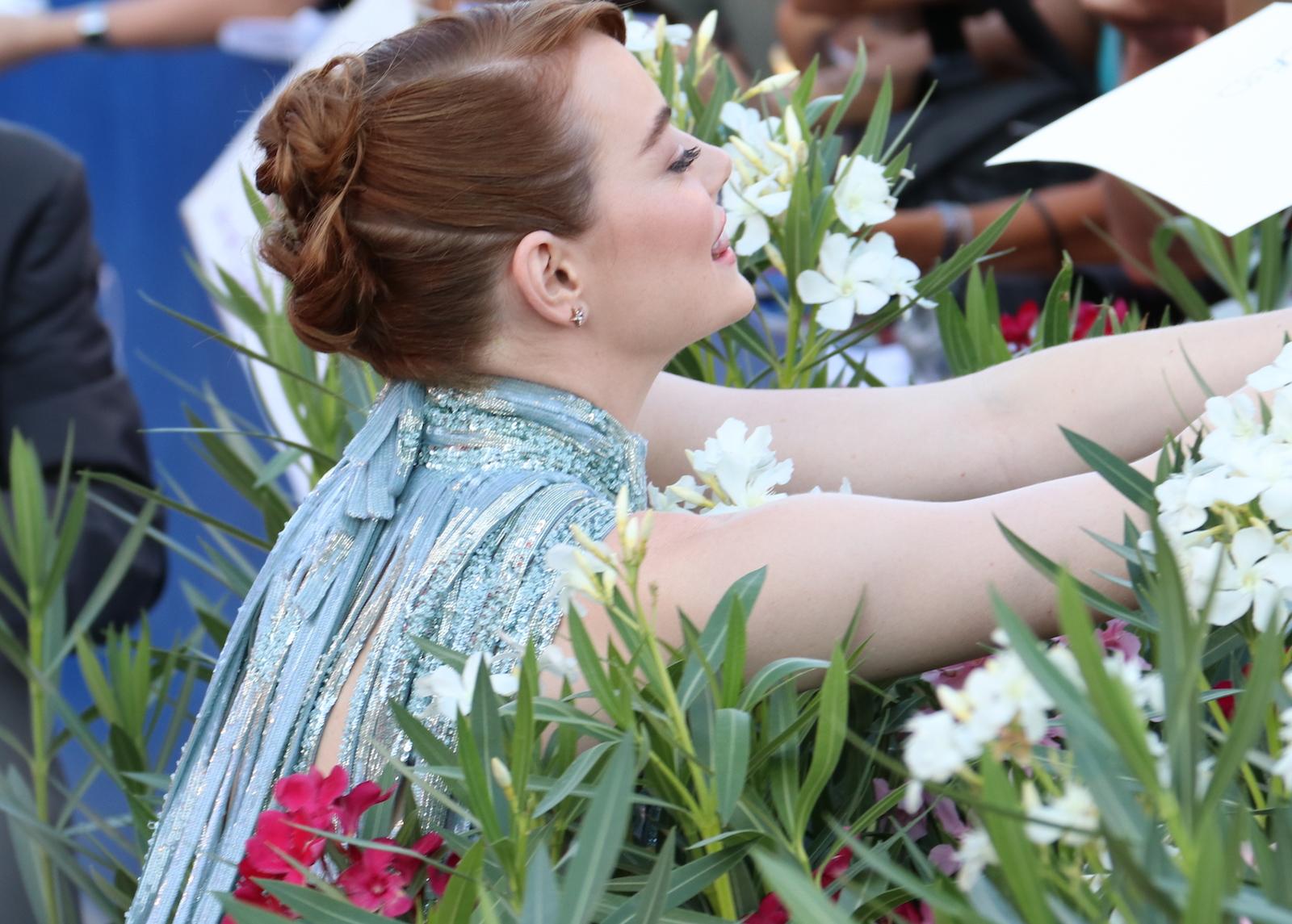 Venezia 2016: Emma Stone mentre firma autografi ai fan sul red carpet