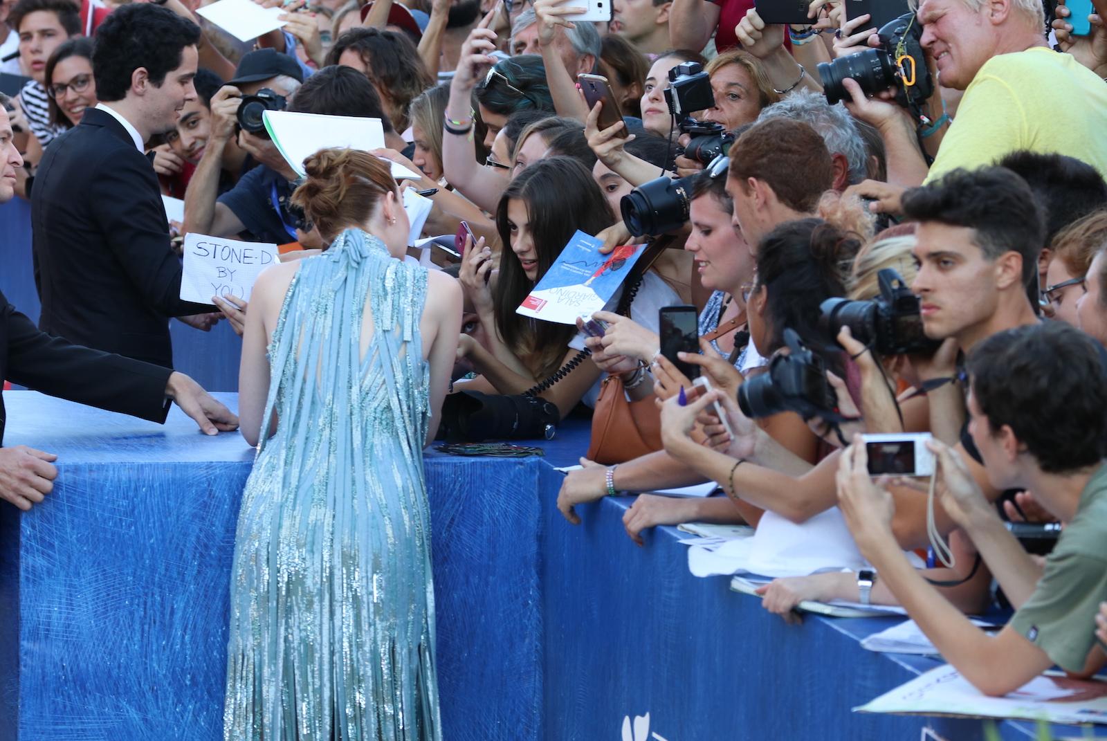 Venezia 2016: Emma Stone mentre firma autografi sul red carpet