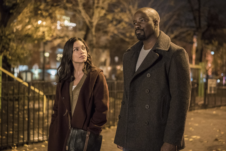 Luke Cage: Rosario Dawson e Mike Colter in una scena