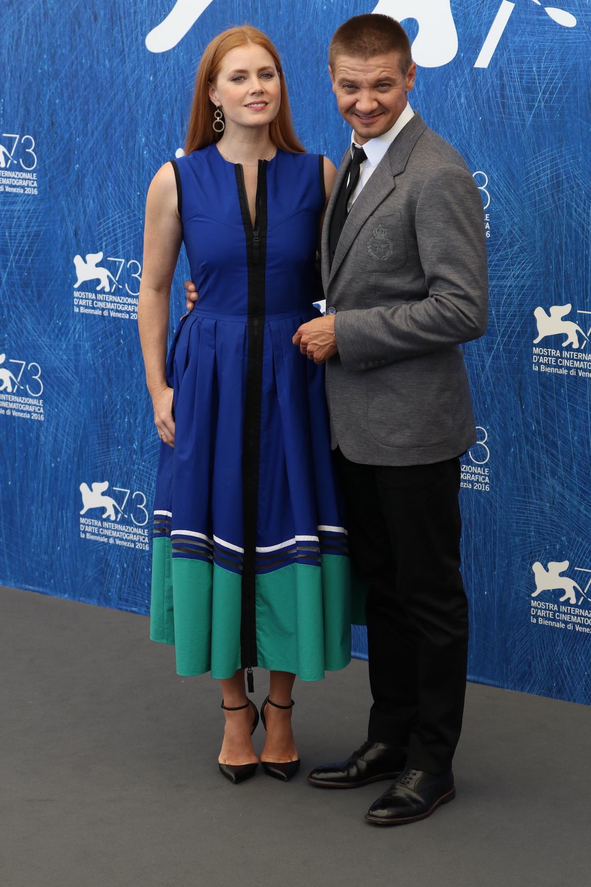 Venezia 2016: Amy Adams insieme a Jeremy Renneral photocall di Arrival