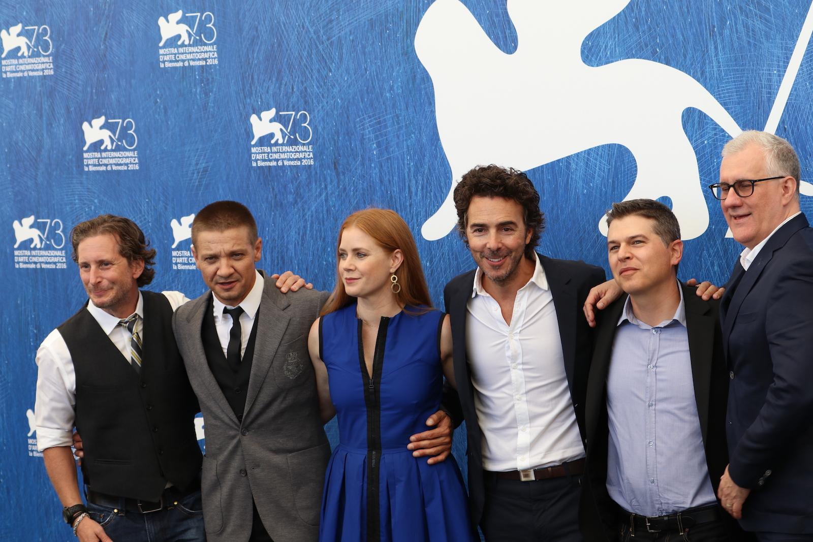 Venezia 2016: Amy Adams, Jeremy Renner e i produttori del film Arrival al photocall