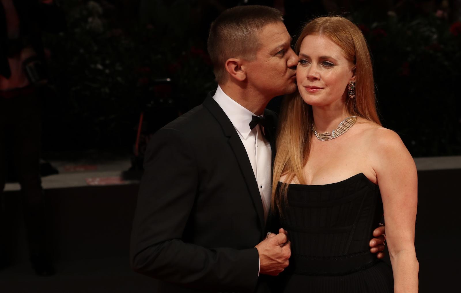 Venezia 2016: Jeremy Renner con Amy Adams sul red carpet di Arrival