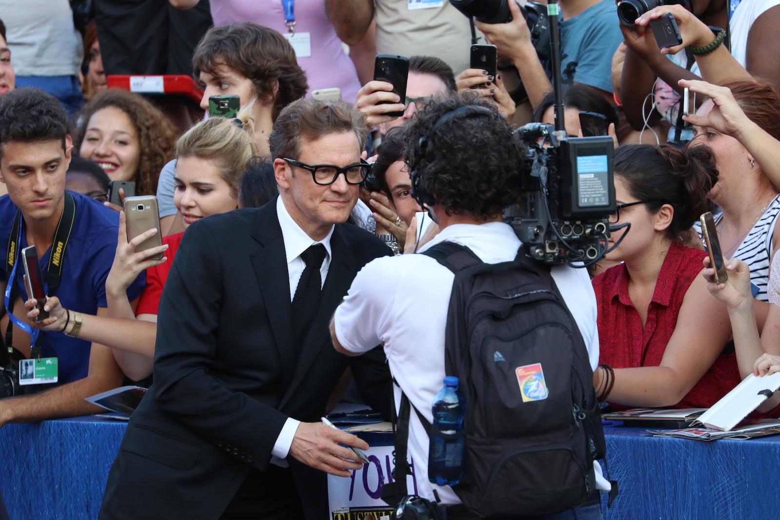 Venezia 2016: Colin Firth fa selfie con i fan sul red carpet di Nocturnal Animals
