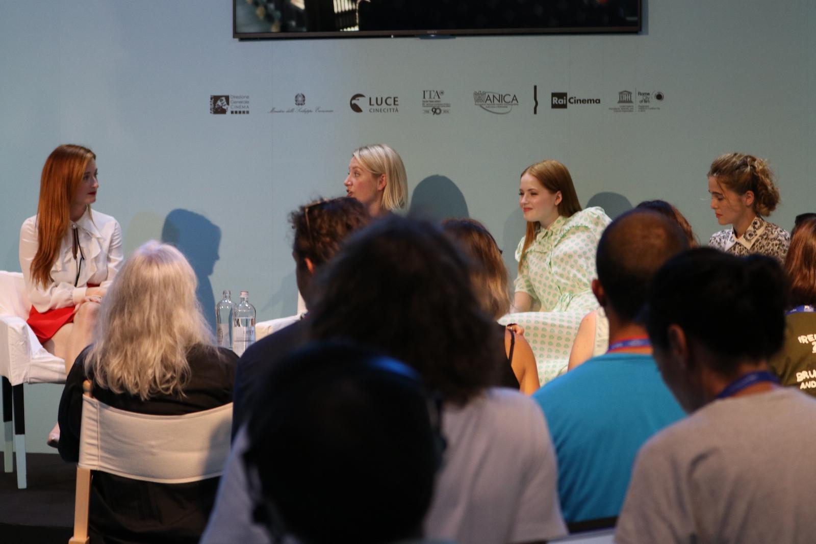 Venezia 2016: Ellie Bamber, Zoey Deutch e Grace Gummer all'incontro di Miu Miu Women's tales