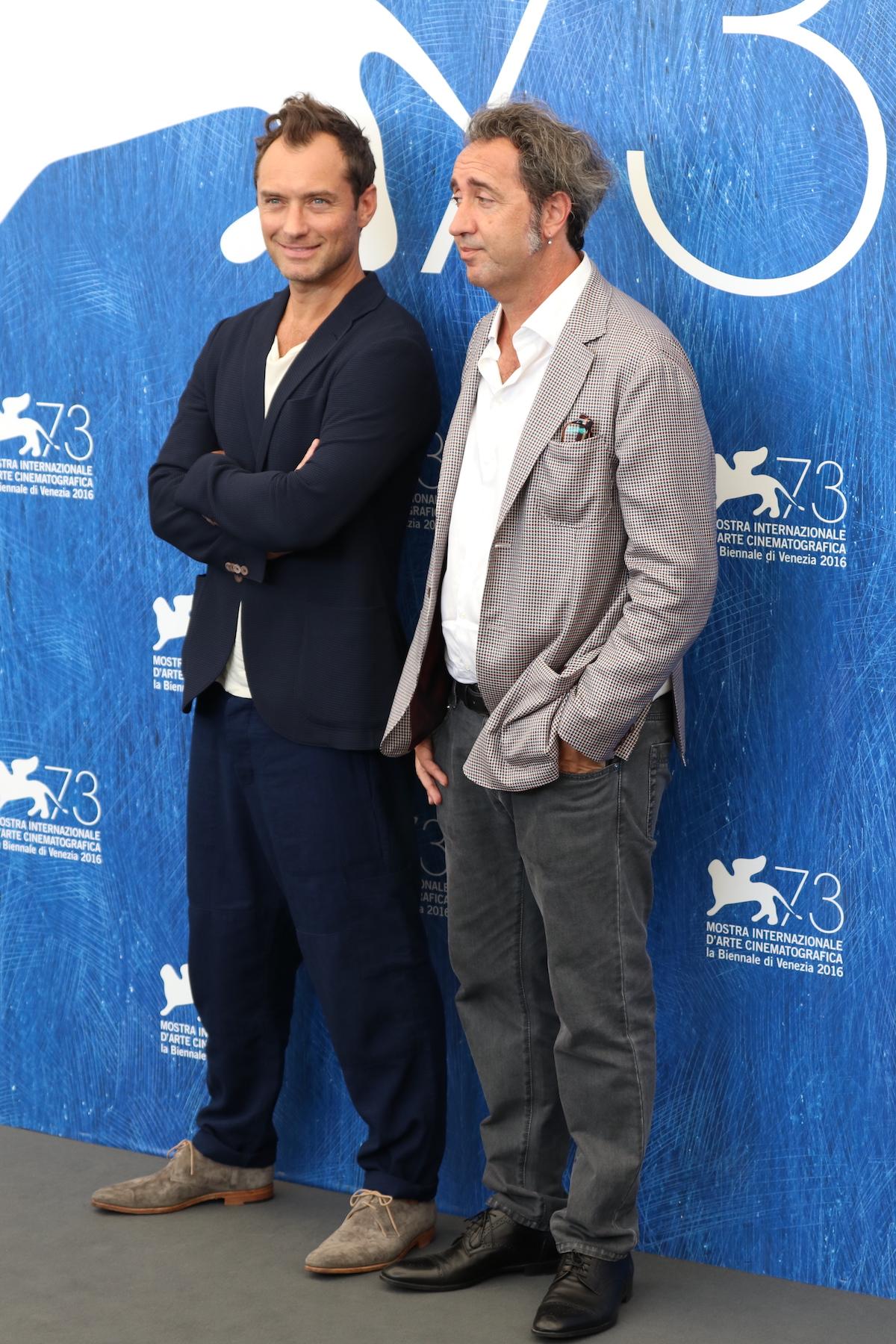 Venezia 2016: uno scatto di Jude Law e Paolo Sorrentino al photocall di The Young Pope