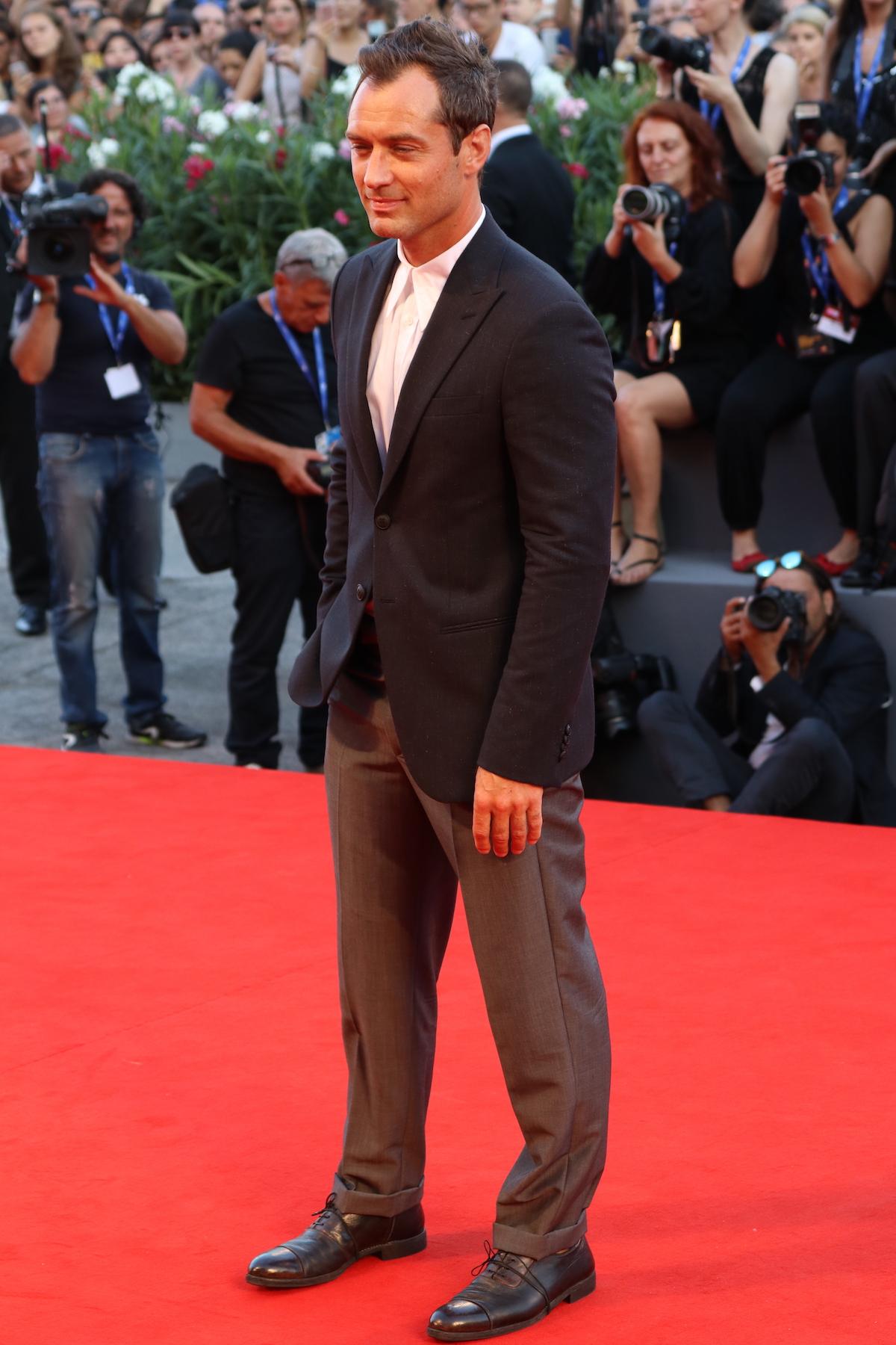Venezia 2016: Jude Law in posa sul red carpet di The Young Pope