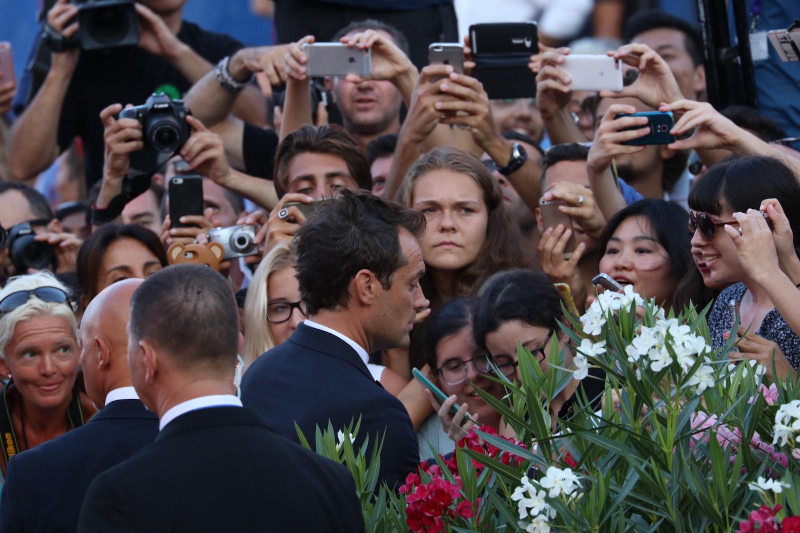 Venezia 2016: Jude Law mentre firma autografi sul red carpet di The Young Pope