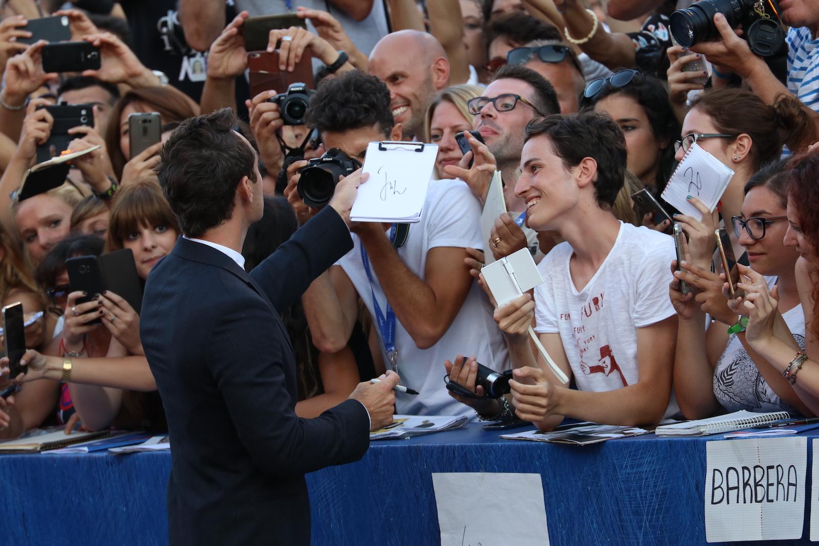 Venezia 2016: Jude Law firma autografi sul red carpet di The Young Pope