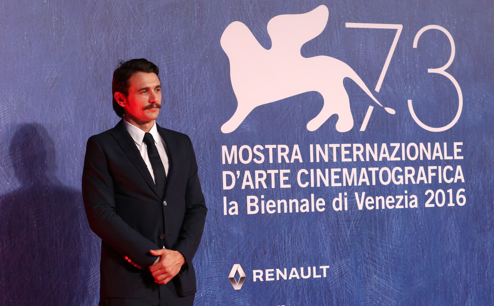 Venezia 2016:  uno scatto di James Franco sul tappeto rosso di In Dubious Battle