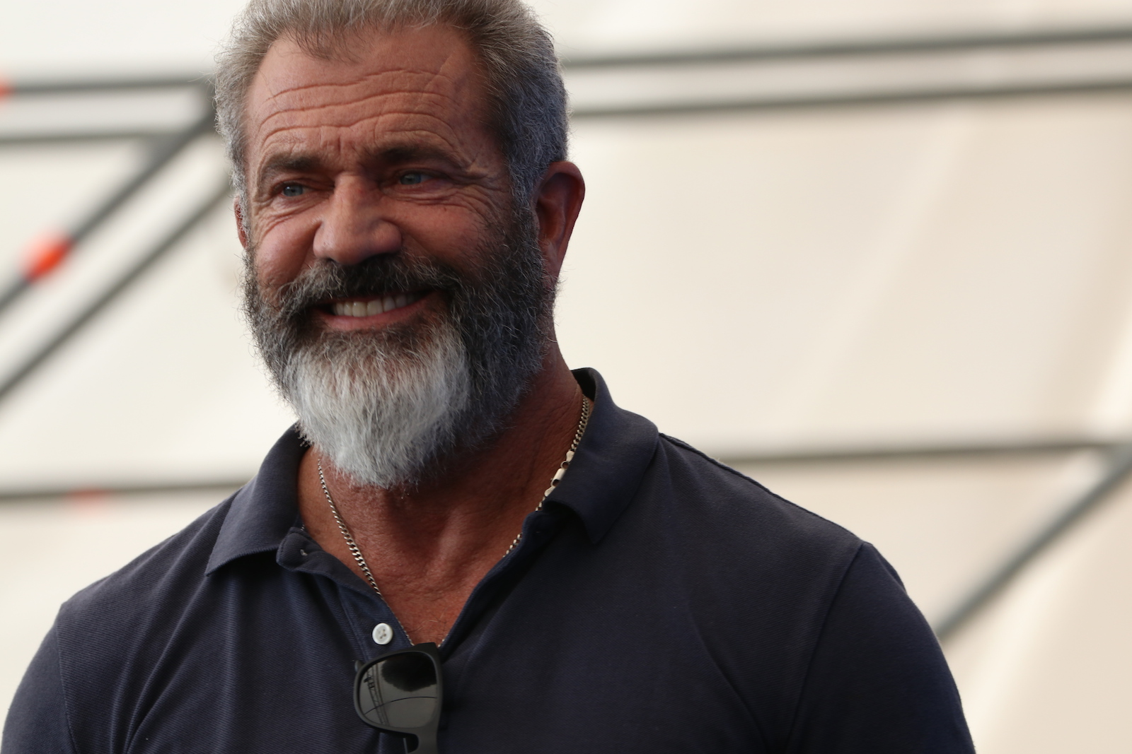 Venezia 2016: Mel Gibson sorride al photocall di Hacksaw Ridge