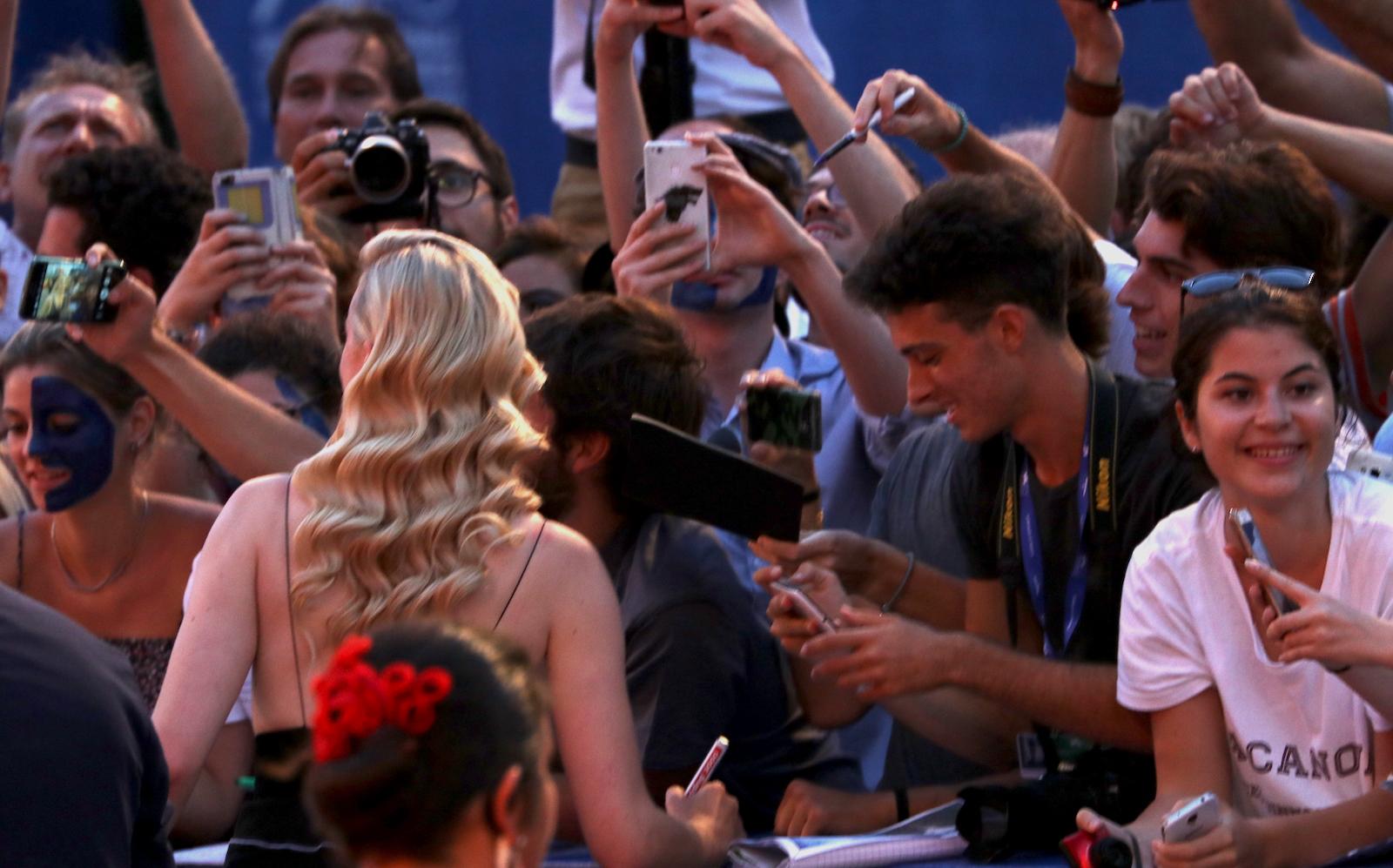 Venezia 2016: Sophie Turner firma autografi sul red carpet del premio Persol