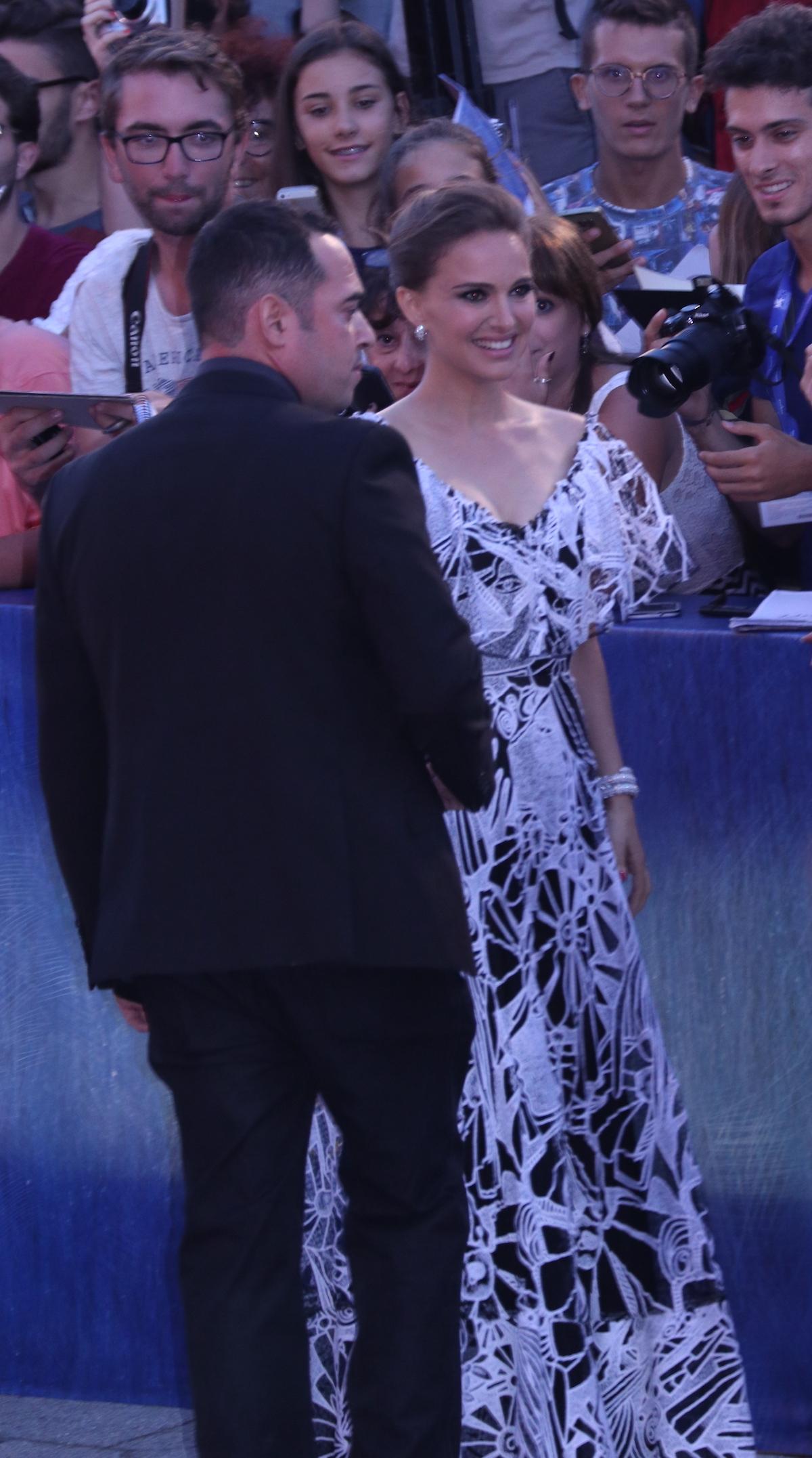 Venezia 2016: Natalie Portman vicino ai fan sul red carpet di Jackie