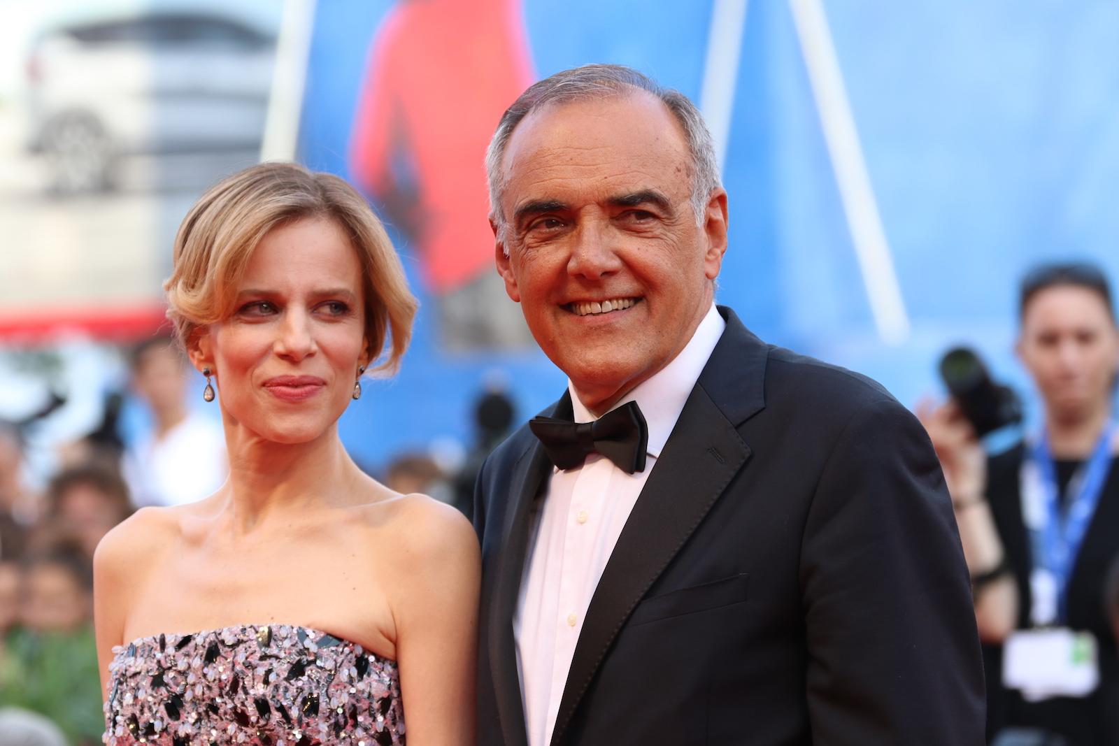Venezia 2016: Sonia Bergamasco e Alberto Barbera sul red carpet della cerimonia di premiazione