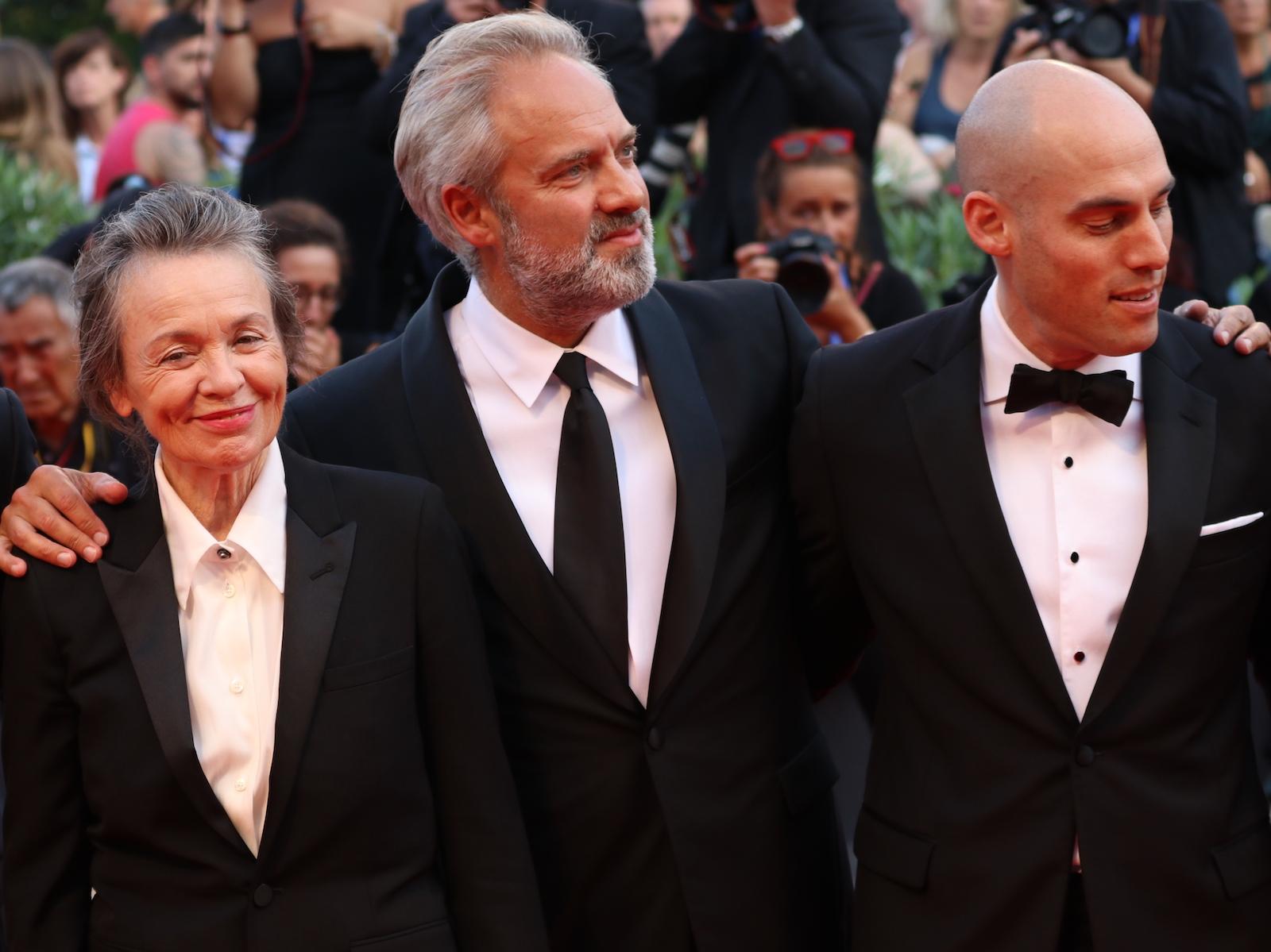 Venezia 2016: una foto di Sam Mendes, Joshua Oppenheimer, Laurie Anderson sul red carpet della cerimonia di premiazione