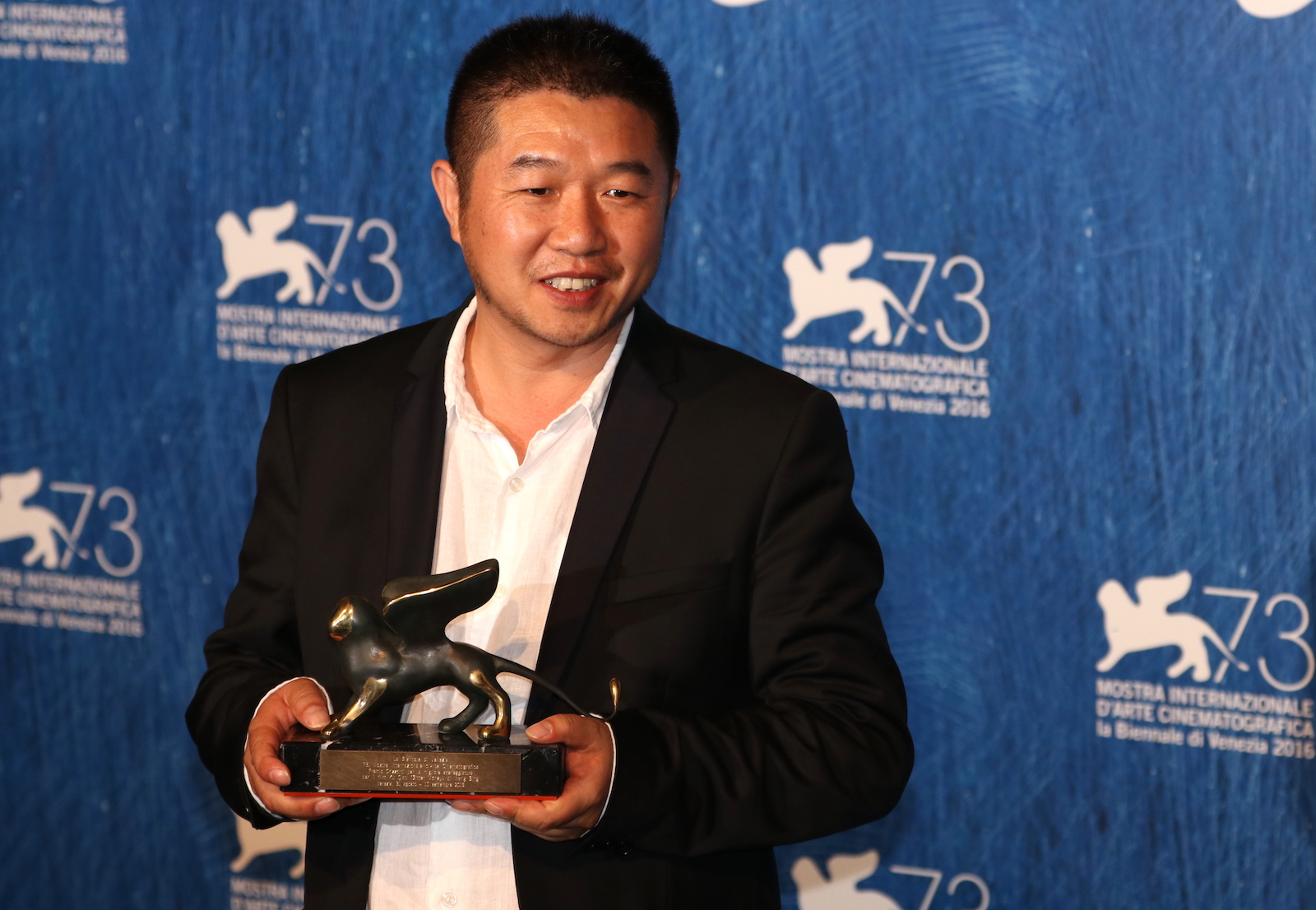 Venezia 2016: Wang Bing al photocall dei premiati