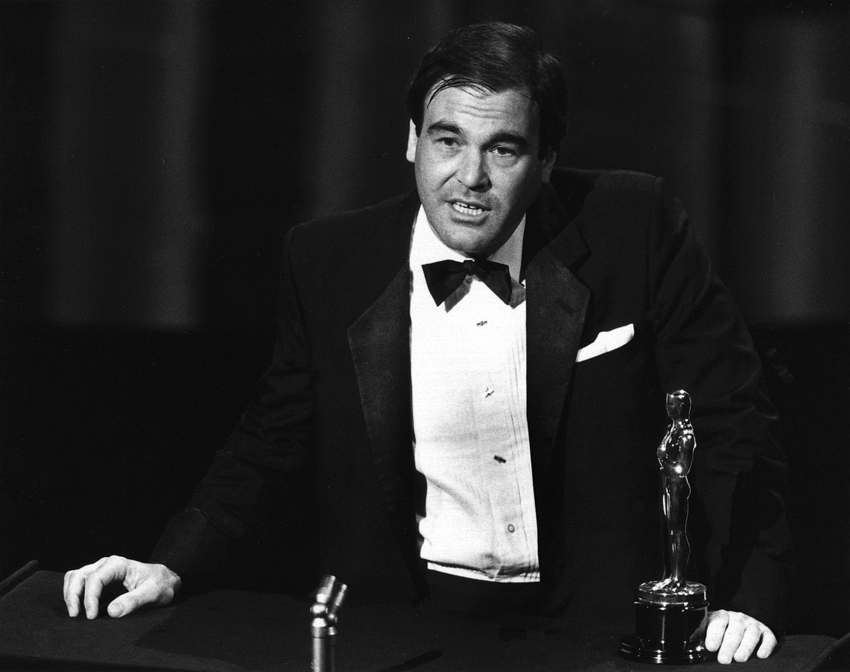 Oliver Stone durante il suo discorso dopo aver ricevuto l'Oscar