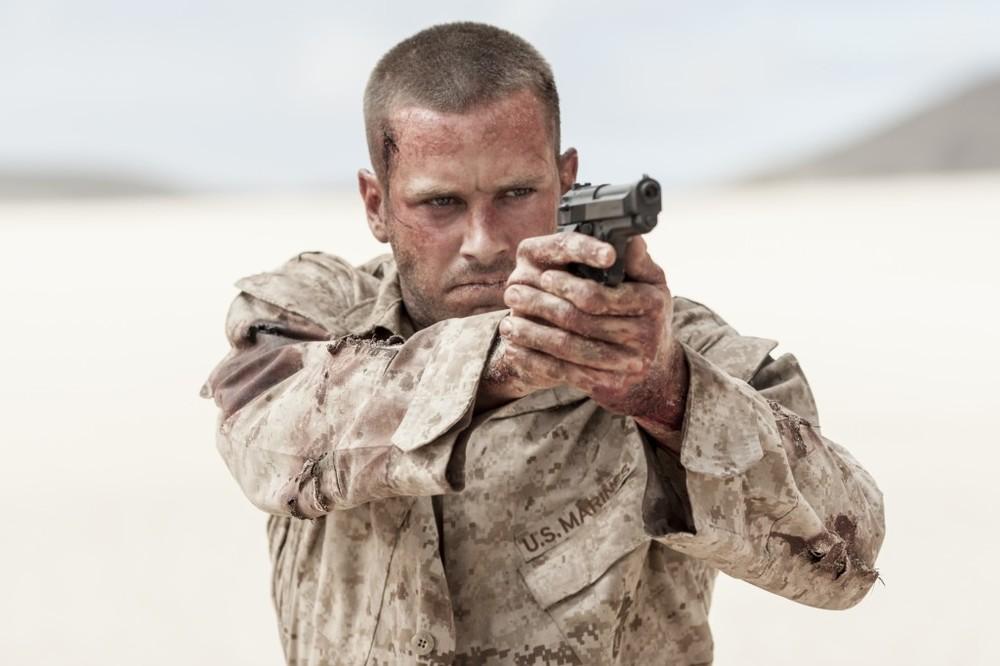 Mine: Armie Hammer punta la pistola contro il nemico