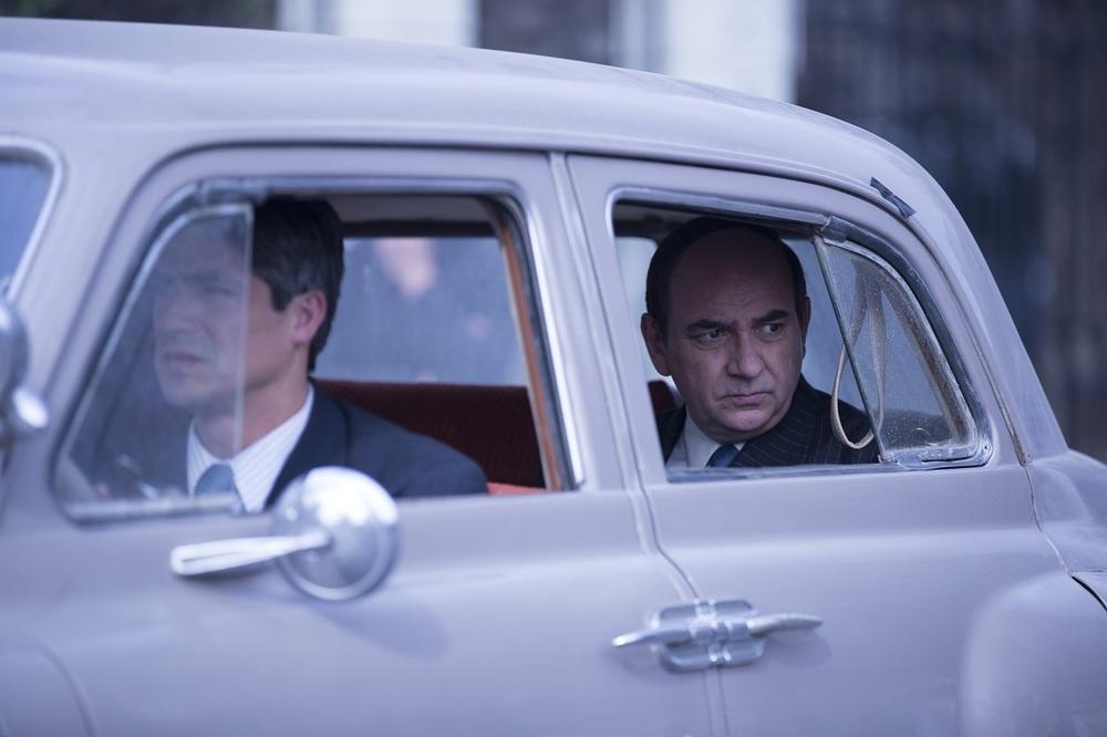 Neruda: Luis Gnecco in macchina in una scena del film