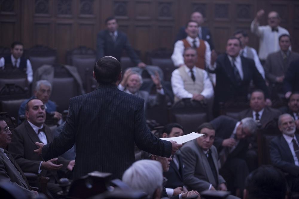 Neruda: Luis Gnecco (di spalle) in una scena del film