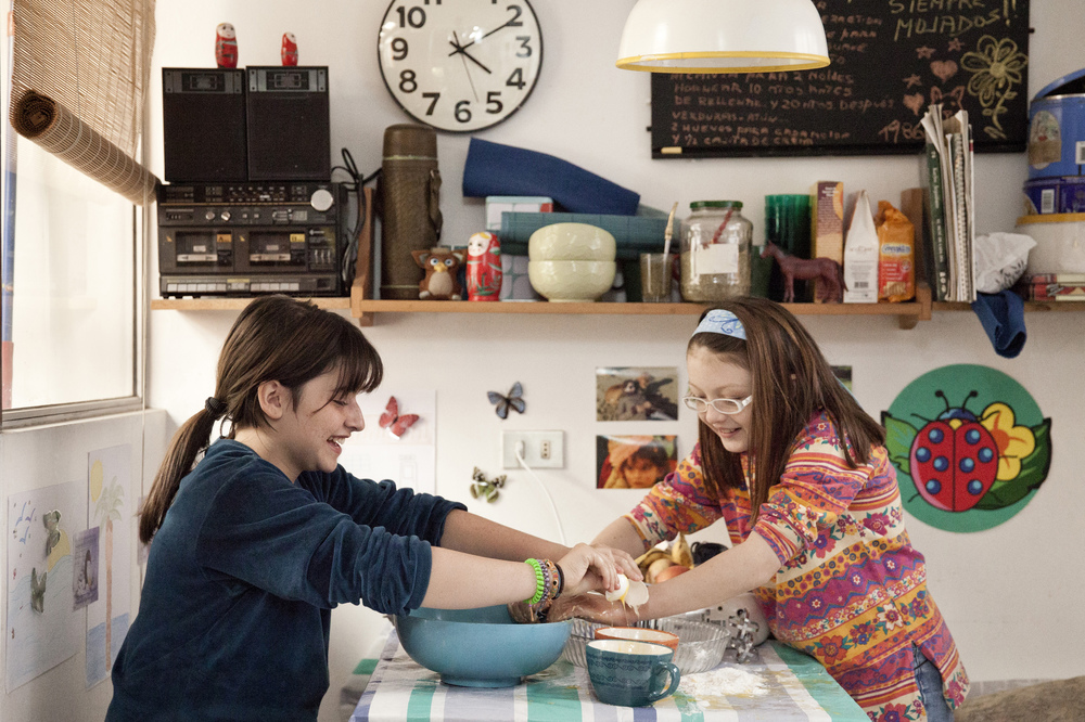 Rara - Una strana famiglia: Emilia Ossandon e Julia Lübbert in una scena del film