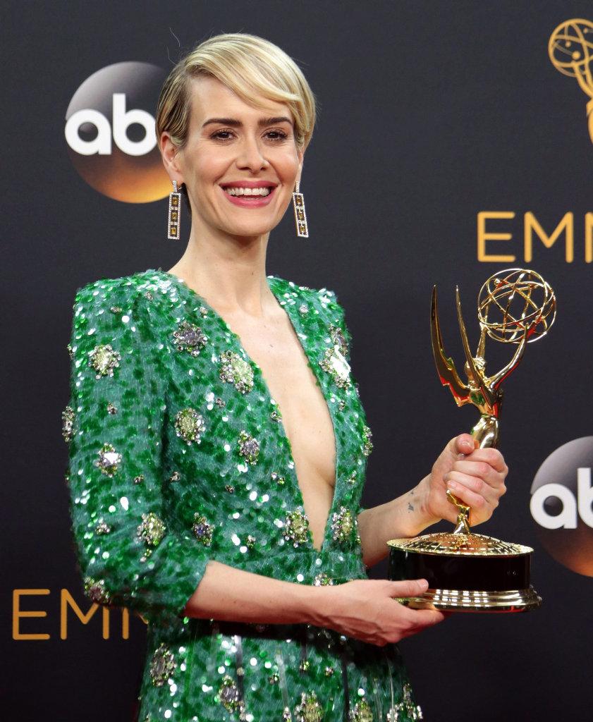 Sarah Paulson con in mano l'Emmy conquistato