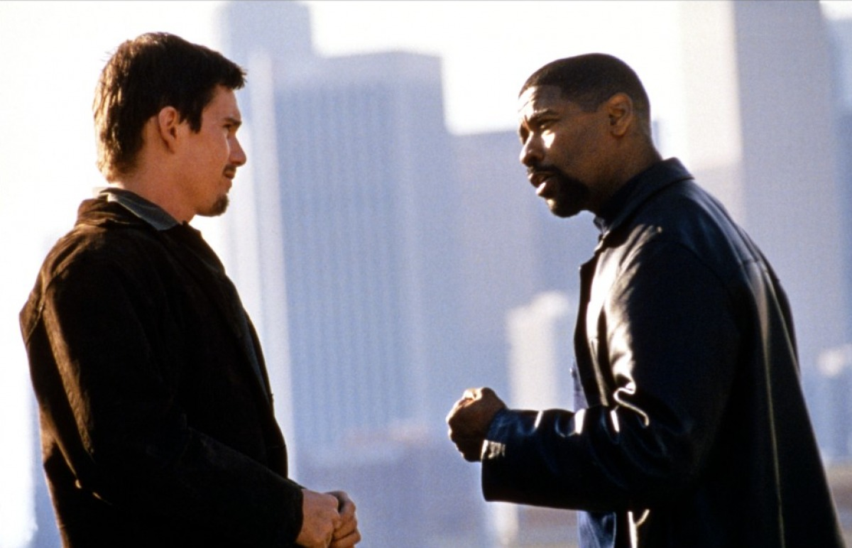Training Day: Denzel Washington ed Ethan Hawke in un momento del film