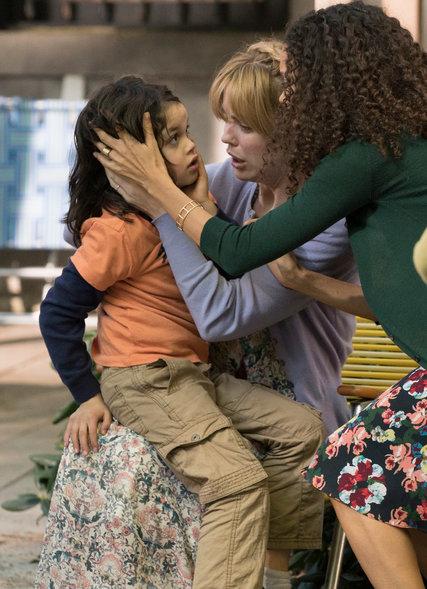 The Slap: Dylan Schombing, Melissa George e Thandie Newton in una scena della miniserie